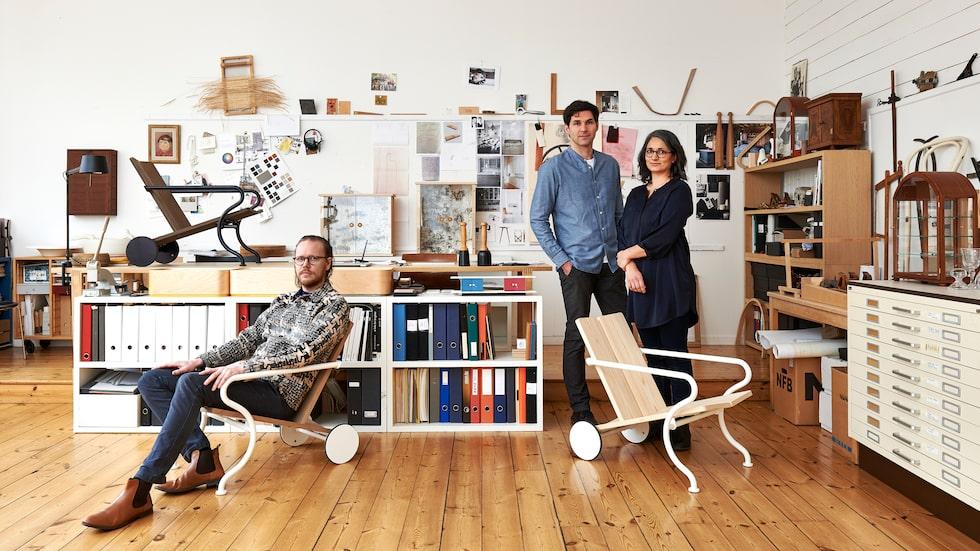 Formgivaren David Ericsson sitter bekvämt i sin prisvinnande stol Oona. Producerar gör Atelier Sandemar som består av paret Martin Altwegg och Lilian de Souza.
