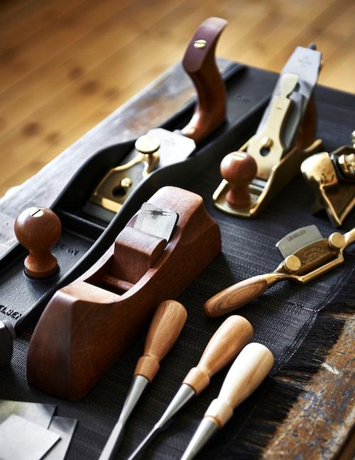 Hyvlar, stämjärn, sicklar… Några handverktyg Martin använder för att finjustera eller passa in till exempel en låda eller dörr i ett skåp.