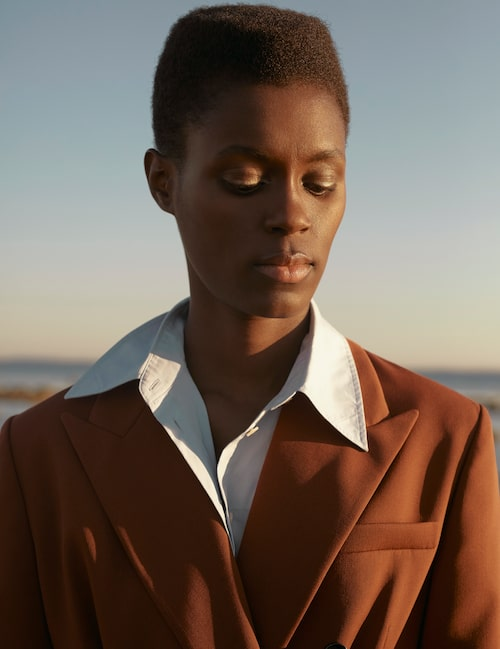 Dubbelknäppt kavaj av ull, pris på förfrågan, Boss. Ljusblå skjorta av bomull, 2 400 kr, Acne Studios.