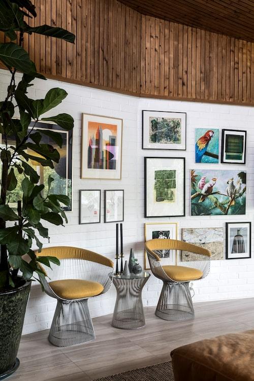 Konst är ett växande intresse för paret, och de flesta tavlorna är inköpta på resor. De två papegojtavlorna är uppmålade i Vietnam efter parets önskemål. De gula stolarna av stålstänger formgivna av Warren Platner 1966 för Knoll är köpta på auktionshus