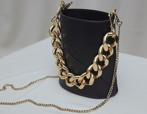 Väska av läder, 4500 kr, Atp Atelier. Klicka på bilden och kom direkt till väskan.