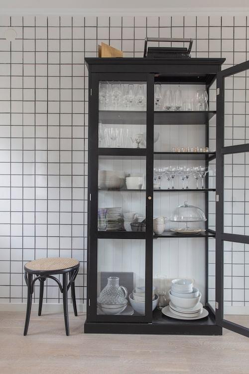 Helkaklade väggar ger fin bistrokänsla i köket. Vitrinskåp från Ellos och pall Ton no. 60 från Thonet.