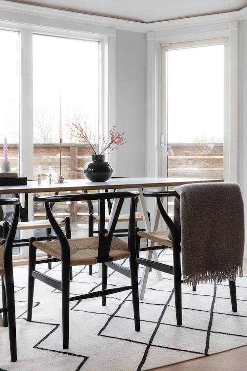 Att välkomna vänner och familj runt middagsbordet är vardagslyx för familjen Nelsson. Bordet kommer från Hay och stolarna är Y-stolar av Hans J Wegner. Rutmönstrad matta från Royal design.