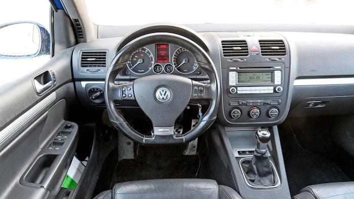 Sportigt kramig ratt, knubbig växelspak och sportstolar särskiljer R32 interiört.