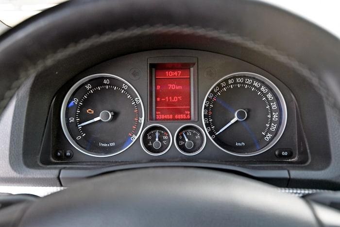 Den uppmärksamme noterar att visarna till instrumenten är blå på R32-modellen.