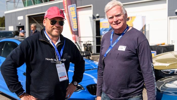 """Ulf Andersson och Jan Oplustil – hedersmedlemmar i klubben """"blå BMW M2""""."""
