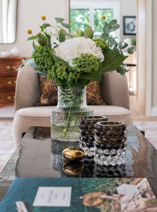 Det asiatiskt inspirerade salongsbordet har flera lager lack som ger en reflekterande effekt i rummet, från Familjen Fogelmarck. Vas Kolonn av Carina Seth Andersson, Skrufs glasbruk.