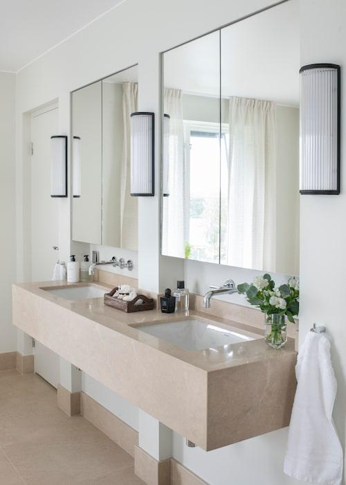Badrummet har en kommod från Ikea och stenskivan i kalksten kommer från Bror Törner.