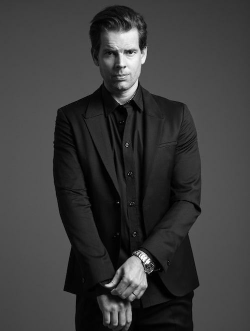 Alex Schulman bär kavaj och byxor från Hugo Boss. Skjorta från Burberry. Klockan är Alex privata.