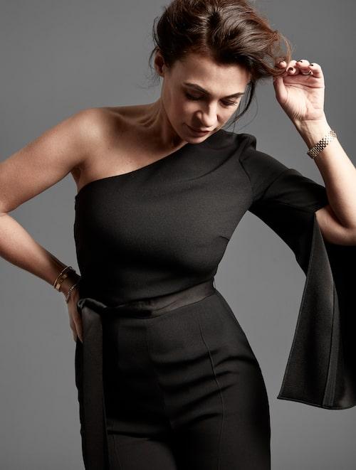 Amanda Schulman bär jumpsuit från Hugo Boss.Klocka och armband är Amandas privata.