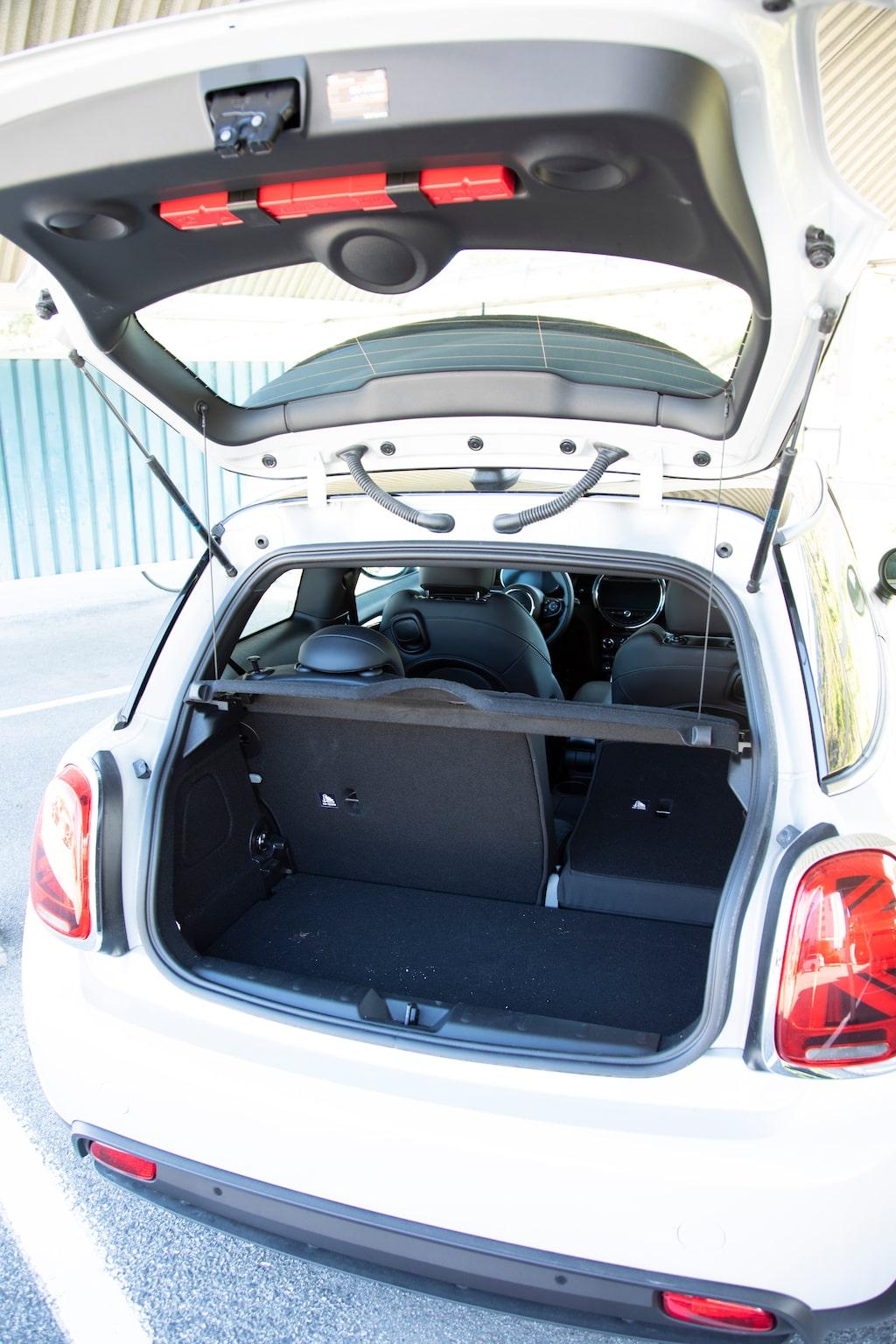 Mini har ett av bilvärldens kortaste bagageutrymmen. Baksätet fungerar bäst som extra förvaringsutrymme.