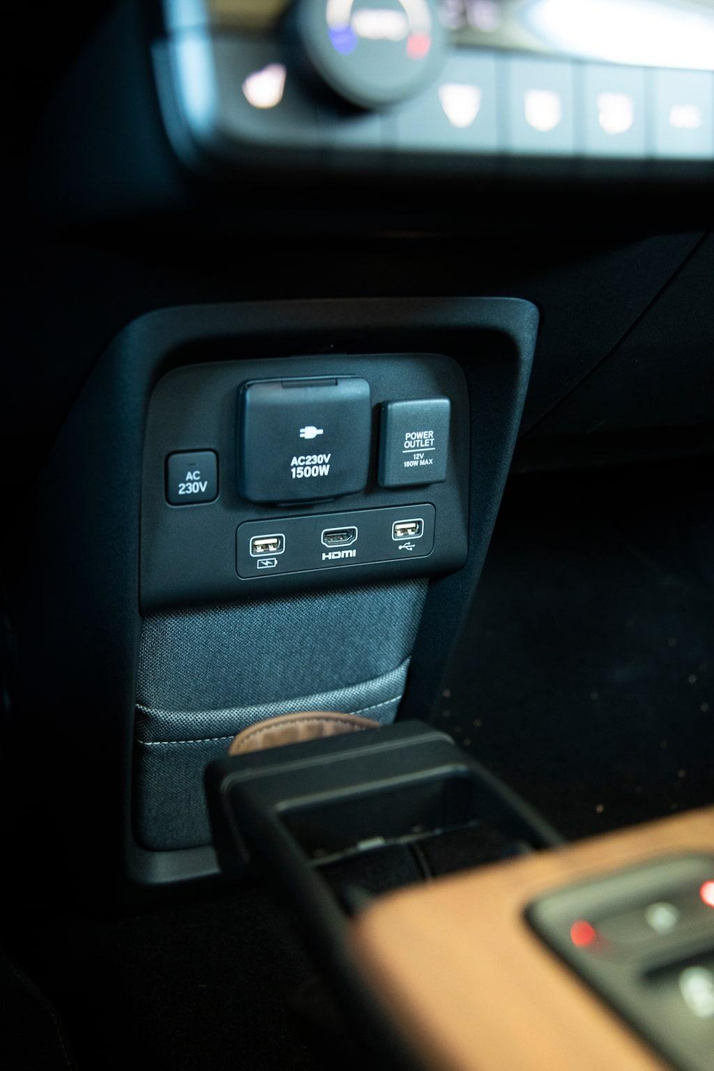 Anslutningsfest i Honda e! Här finns USB, 230V, 12V och HDMI.