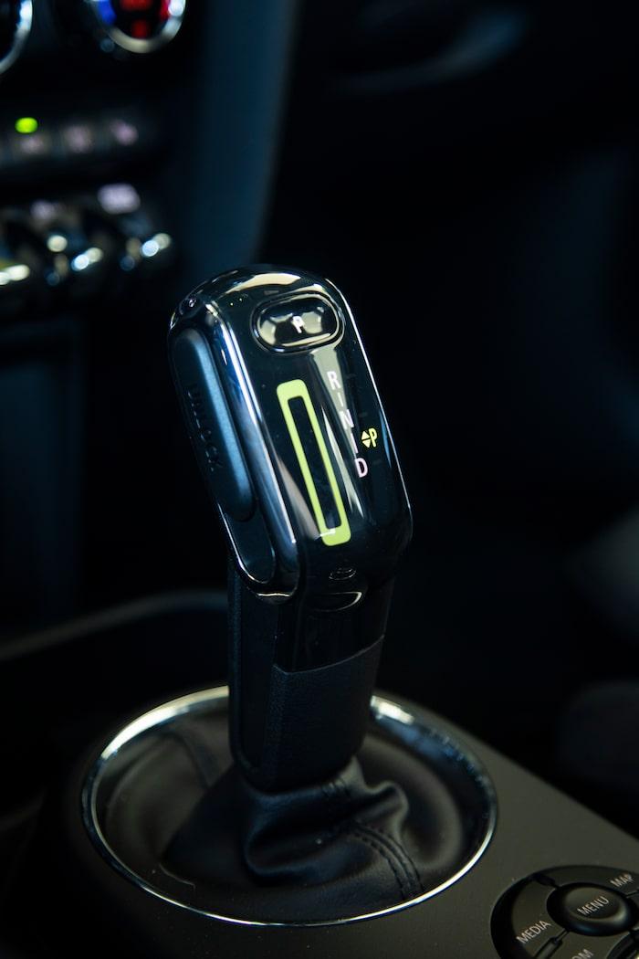 Växelväljaren kan sjutas till vänster för manuell växling, precis som i en bensin-Mini. Här händer dock ingenting.