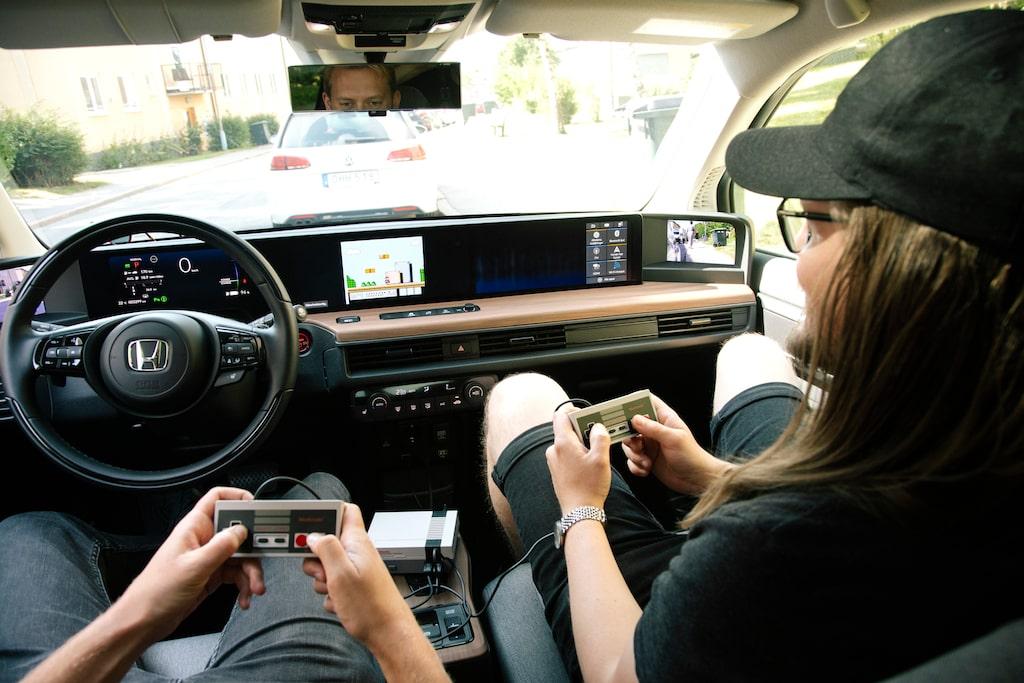 Via HDMI-ingången kan man koppla in sitt TV-spel medan man väntar på laddning. En annan lösning än Teslas inbyggda (och tråkiga) spel.