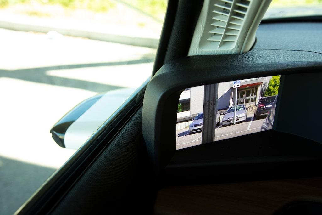 Kamerabackspeglarna är standard och fungerar betydligt bättre än motsvarande funktion hos Audi e-tron.