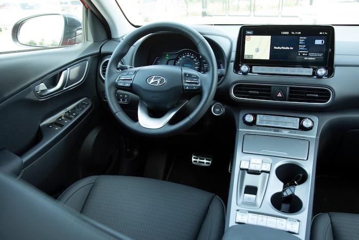 Silvrig plast och blå bakgrundsbelysning står i bjärt kontrast till Hondas retrosmarta interiör. Därtill är körställningen udda.