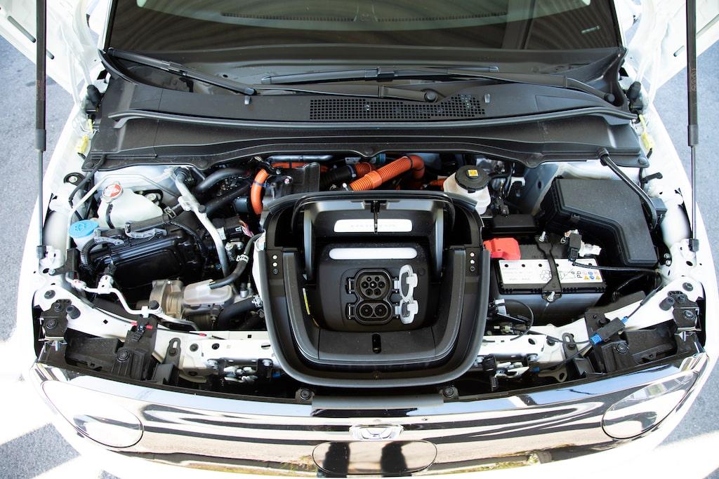 Laddutrustningen tar upp stor plats i fronten. Vid laddning lyser ett blått sken upp Honda-loggan.