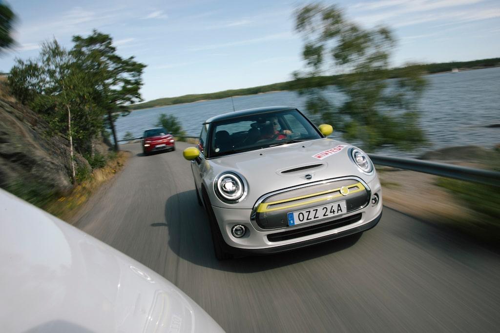 Framhjulen på Mini Cooper SE har ibland svårt att hantera all kraft från elmotorn. Håll i ratten!