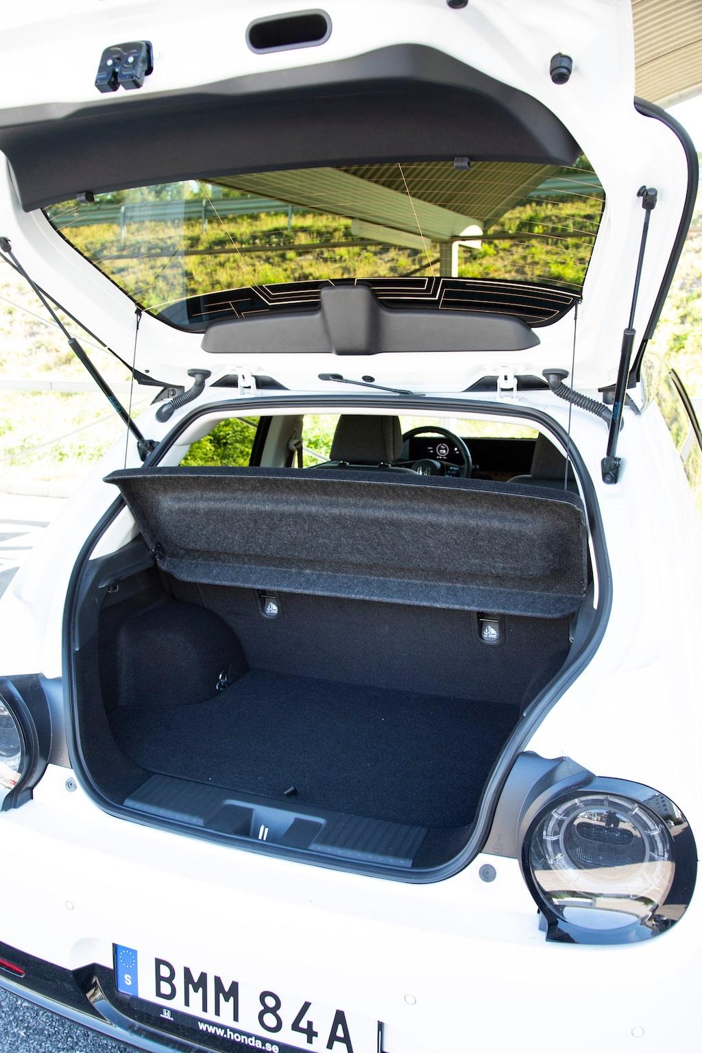 En trång bakluckeöppning blottar ett trångt bagageutrymme. Baksätet kan bara fällas som en enda enhet.