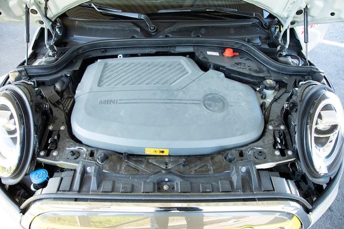 Elmotorn och tillhörande komponenter ryms i en vagga som sitter i de vanliga motorfästena.