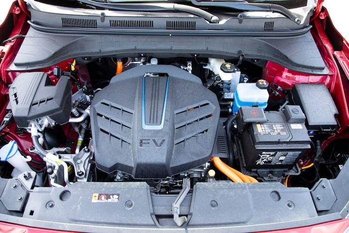 Konas elmotor försöker se ut som en sexcylindrig bensinmotor. Sedan våren 2020 har Kona trefasladdare.