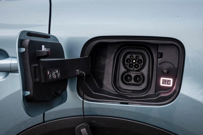 100 kW snabbladdning och laddluckan sitter på vänster bakskärm.