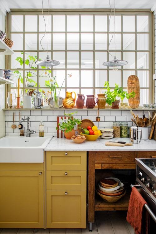 Fönstret vetter mot sovrummet och är tillverkat av en vän till familjen. Den gula kulörer är Marples från Alcro. På hyllorna trängs loppisfyndade kermaikurnor med italienskt porslin.