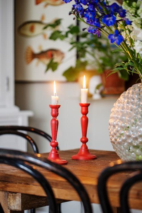 """Sebastian ger gärna nytt liv åt gamla bortglömda saker. Här har ljusstakarna från loppisens """"fulhylla"""" målats i en härlig röd kulörer."""