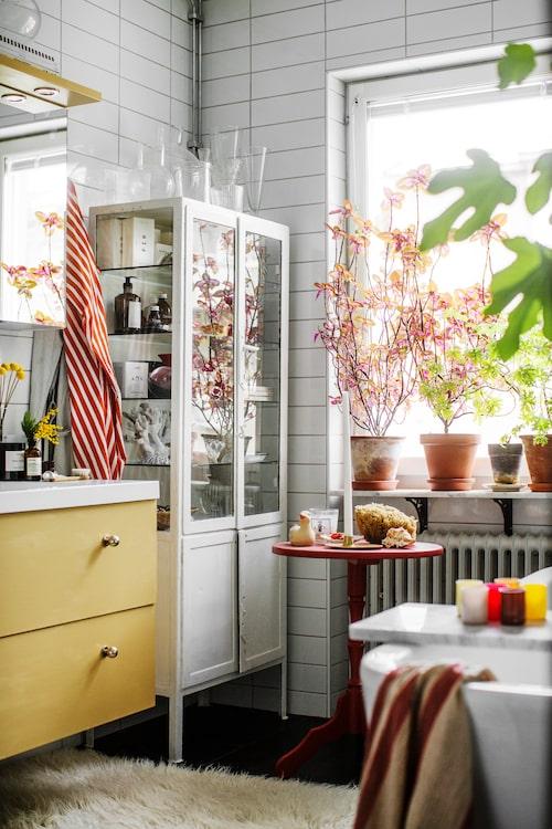 Ombonat och härligt även i sovrummet. Sebastians tips är att ta in växter, vackra saker och mycket färg även här. Här har han målat ett loppisfynd rött och badrumsmöbeln har fått samma gula kulör som använts i köket.