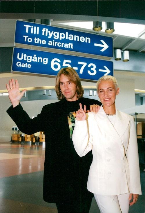 Per Gessle och Marie Fredriksson, iklädd dubbelknäppt vit kostym, 1994.