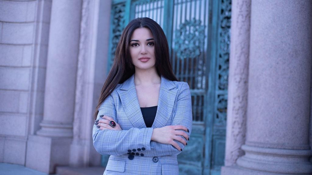 Narmina Abdolovas gör podden Mäktiga kvinnor.