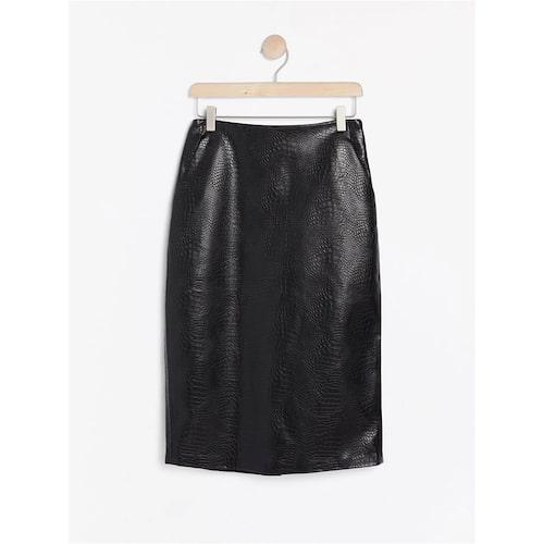 Krokomönstrad kjol i läderimitation från Lindex. Klicka på bilden och kom direkt till plagget.