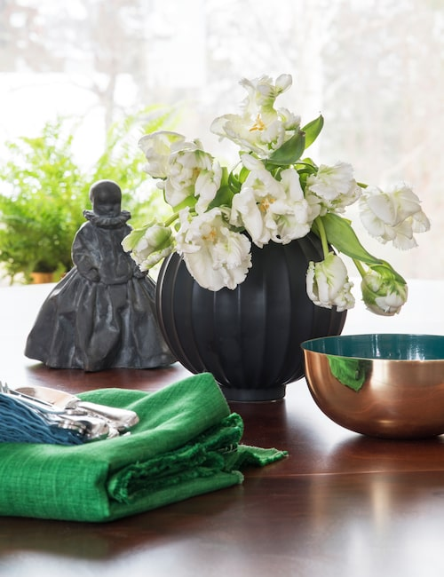 Skulpturen på matbordet är gjord av Sophies syster, välkända konstnären Charlotta Gyllenhammar.