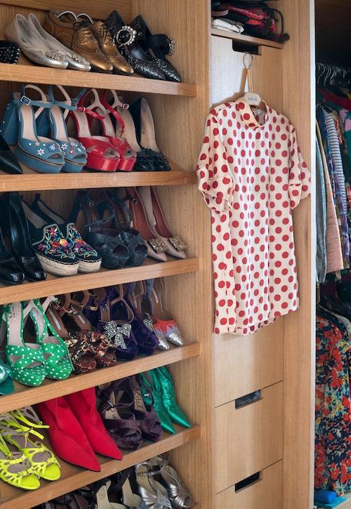 Sophie har ett stort modeintresse och överlåter gärna den nedtonade stilen åt andra. Att titta in i hennes garderob är rena rama vitamininjektionen. Inredningen är platsbyggd i ek.