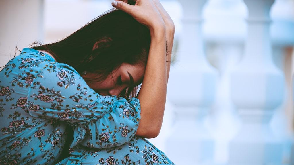 """""""Du kan också prova att sätta dig med någon du känner dig trygg med och berätta allt du såg, kände, hörde och tänkte när olyckan skedde, från början till slut."""", tipsar psykologen."""