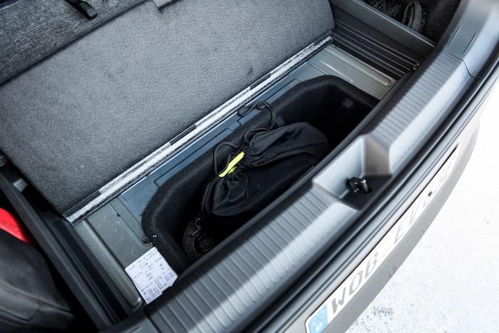 I bagageutrymmets bakkant kan laddkablarna förvaras under golvet.