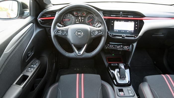 En salig blandning av Peugeot och Opel. Klimatkontrollerna har flyttat ut från skärmen.
