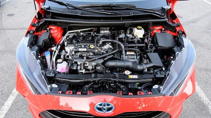 Under huven sitter ett helt nytt hybridsystem med ny bensinmotor och ny elmotor. Det gör Yaris starkare, men framförallt mycket lugnare att köra.