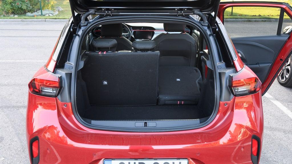 När vi mäter bilarnas bagageutrymmen har Opel både sämst takhöjd och kortast lastlängd.