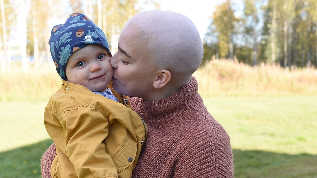 Mikaela Hjärtström sökte flera gånger vård för knölen i bröstet, men fick höra att det var mjölkstockning. Efter sex månader fick hon diagnosen aggressiv bröstcancer.