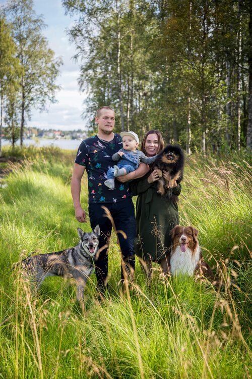 Innan Mikaela rakade av sig håret lät hon en fotograf föreviga familjen.