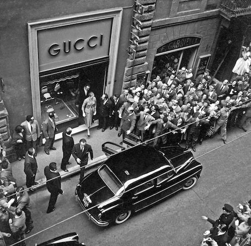Grace Kelly och Rainer III skapar kaos när de lämnar Gucci-butiken i Rom 1959.