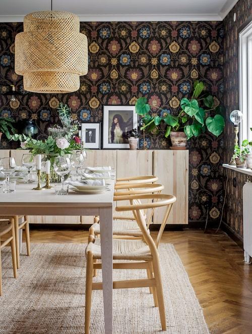 Murrigt mys i matrummet. Tapeten är Buccini från Thibaut. Bord från Länna möbler, och runt det Hans J Wegners Y-stolar. Taklampan är Ilse Crawfords Sinnerliglampa för Ikea. Skänken är gjord av Ivarskåp från Ikea.