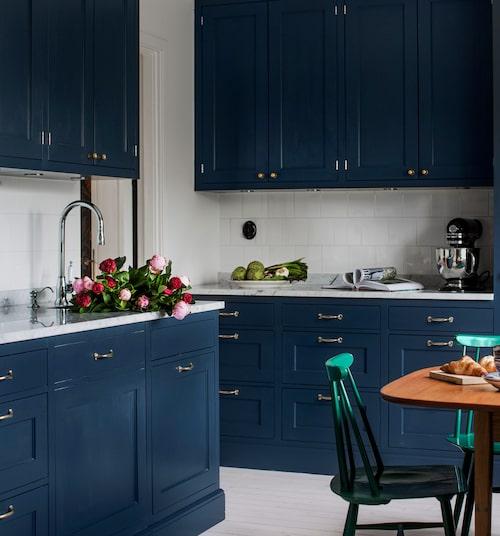 Det klassiska köket i blått, liksom bänkskivorna i carraramarmor, kommer från köksleverantören Himlekök i Träslövsläge.