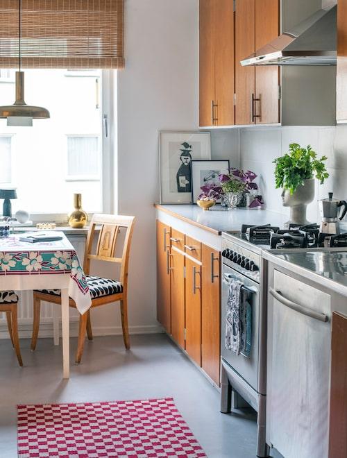 Köket har skåp och perstorpsbänkskiva i original. Matta från Kasthall, taklampa från Gamla lampor. Stolarna är ett containerfynd som fått ny klädsel.
