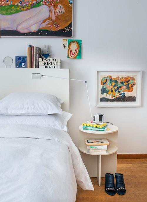 I sovrummet fungerar sänggaveln även som avställningsyta för böcker och konstverk. Nattduksbord från Muuto och sänglampa från Lumina, Nordiska galleriet. Det lilla konstverket till höger om sängen har Katharina gjort själv.