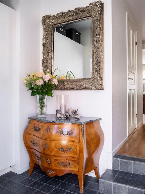 """""""Byrån med marmorskiva är farmors gamla hon hade i sin hall. Spegeln är en ordentlig pjäs som jag och exmaken hittade när vi var på en blomsterutställning i Helsingborg."""""""