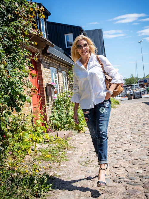 Är man van att dansa i högklackat är det ingen konst att promenera på kullerstenen i fiskeläget på Råå i höga nitprydda kilklackar från Valentino.