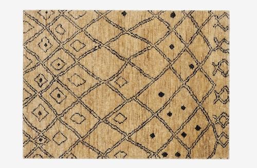 Matta från Ellos som sammanfattar trenden, handknuten mjuk jute med oregelbundet och oförutsägbart mönster i svart.