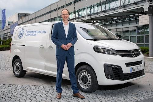 Opels vd Michael Lohscheller framför nya Vivaro-e Hydrogen.